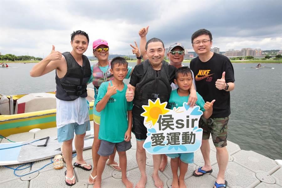 新北市長侯友宜30 日邀請食尚玩家主持人曾子余,一起到微風運河挑戰滑水運動。(吳亮賢翻攝)