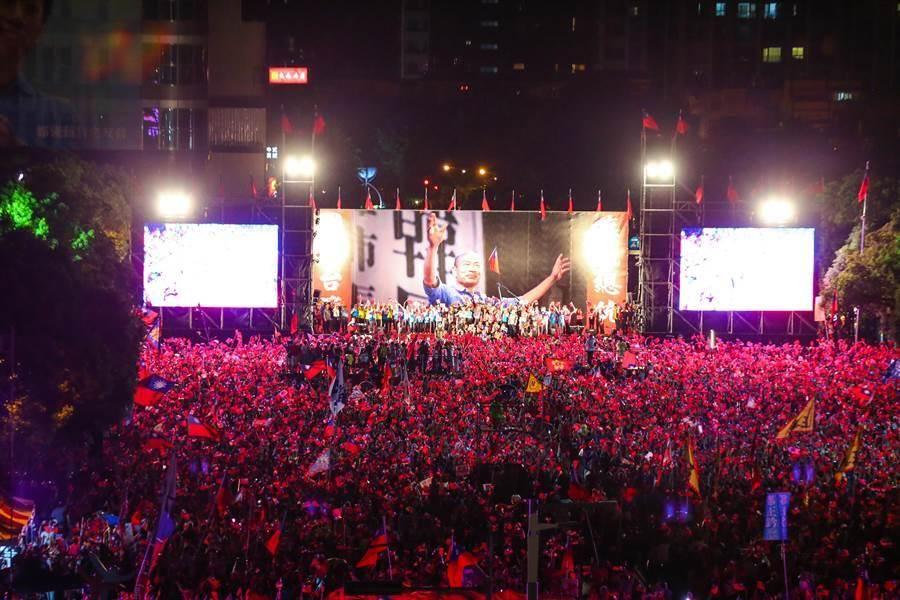 韓國瑜新竹封關場造勢晚會,台下民眾不時揮舞國旗。(資料照,徐養齡攝)