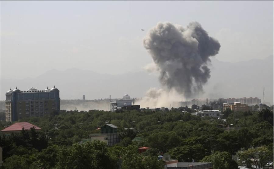 塔利班以汽車炸彈攻擊國防部,強烈的爆炸造成大量傷亡。(圖/路透社)