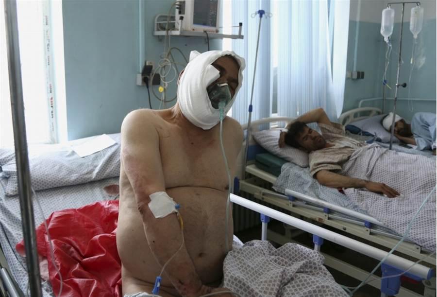 塔利班承認炸彈攻擊造成大量平民傷亡。(圖/路透社)