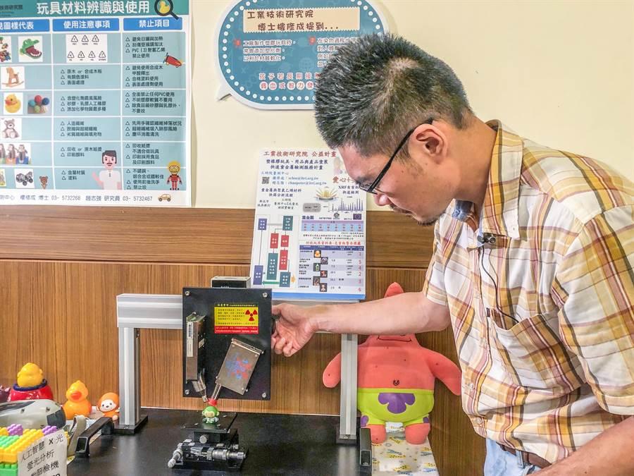 工研院量測中心工程師樓修成以研發的「手持式X光元素分析儀」掃瞄,30秒就可驗出玩具中的塑化劑及重金屬是否超標。(羅浚濱攝)