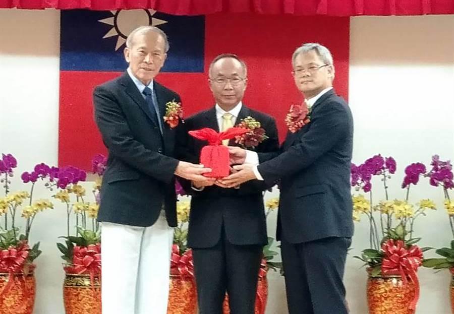 屏基放射科主任施丞貴(右)從卸任衛生局長李昭仁(左)手上接下印信,正式接任屏縣衛生局長。(林和生攝)