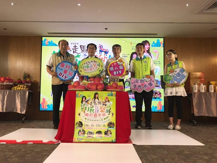 台南市長黃偉哲(左二)邀民眾道走馬瀨農場參加活動,享受浪漫夏日夜晚。(程炳璋攝)