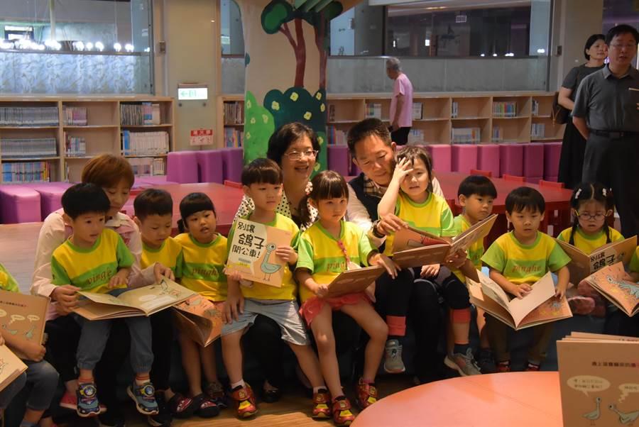 彰化縣長王惠美(後排左)出席文化局夏日繽紛好讀節,化身說故事媽媽,和小朋友一起讀繪本。(謝瓊雲攝)