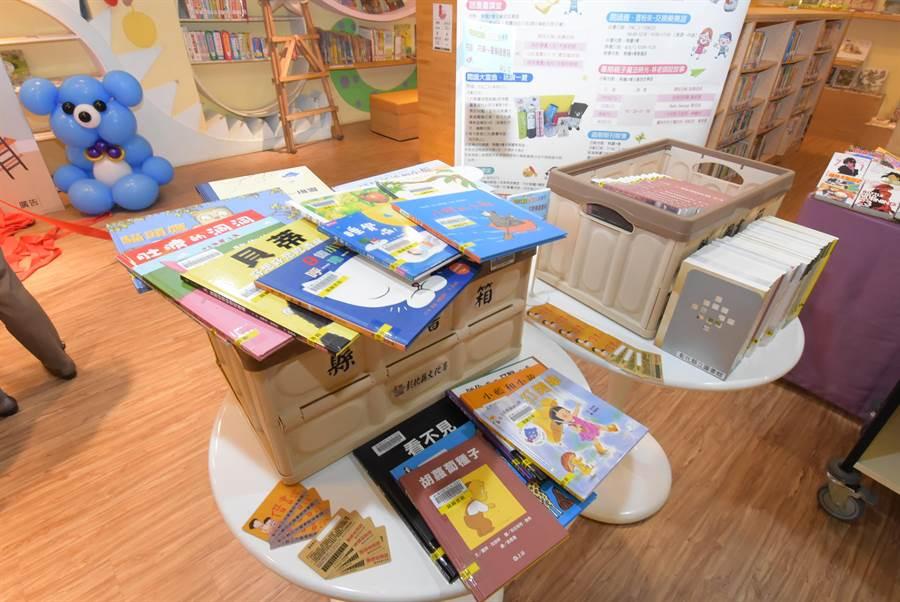彰化縣開辦團體借閱證,鼓勵社區成立讀書會推共讀,最多單次可借閱400本,十分可觀。(謝瓊雲攝)