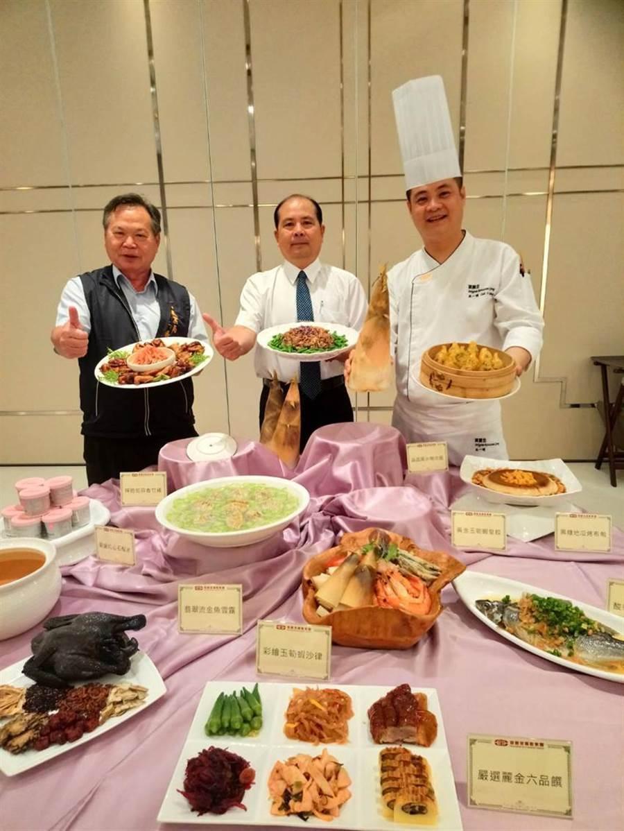 (圖:台中市農業局長蔡精強(左)、寶麗金總監餐廳池一明(右)等,聯手促銷「黃金玉冷筍宴」。圖:曾麗芳)