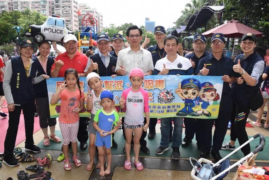 中正二分局與台北市自來水園區合辦暑期青春專案宣導,分局長王旭晶率領分局幹部與會。〔謝明俊翻攝〕