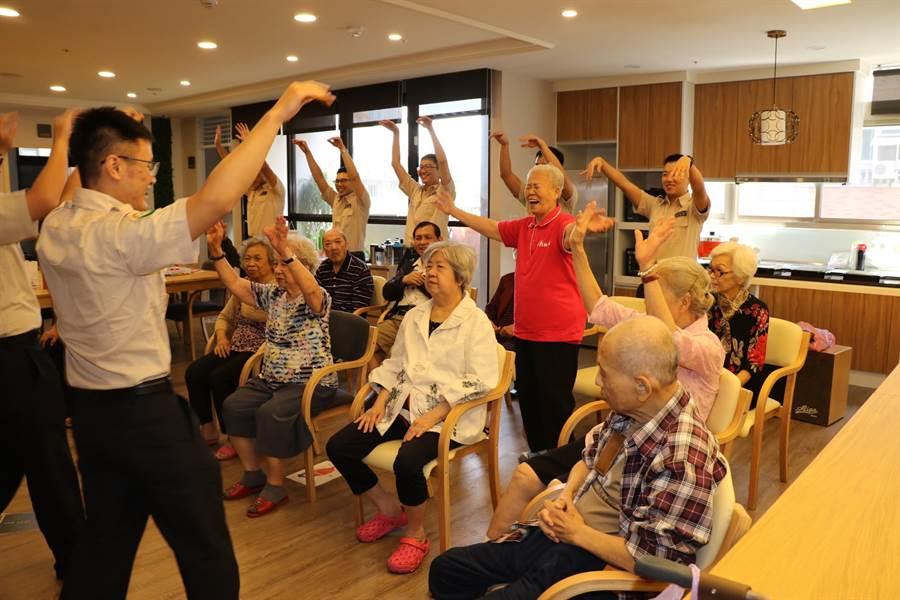 雁行役工隊帶領長輩一起動次動次做運動,和長輩開心共舞。(吳亮賢翻攝)