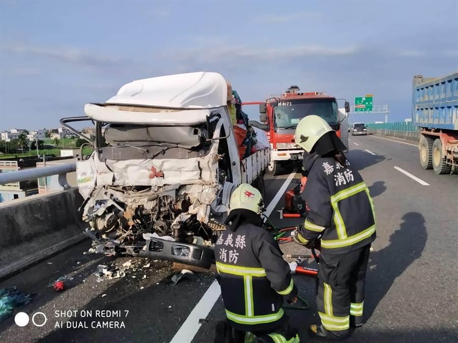 載水果的白色大貨車因不明原因撞上水上工務段工程車,貨車車頭幾乎全毀。(張亦惠翻攝)
