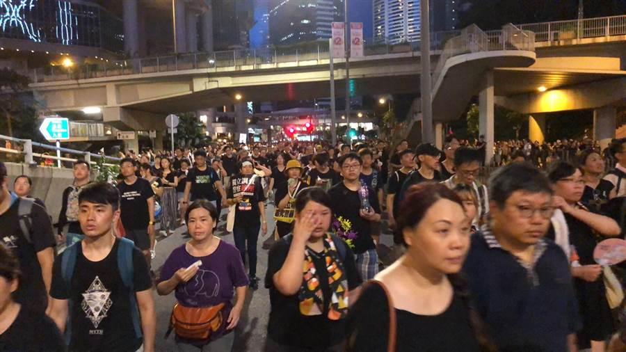 今年香港「七一遊行」似乎比往年還大,雖然已夜幕降臨,但人潮仍然不散。(圖/網路)