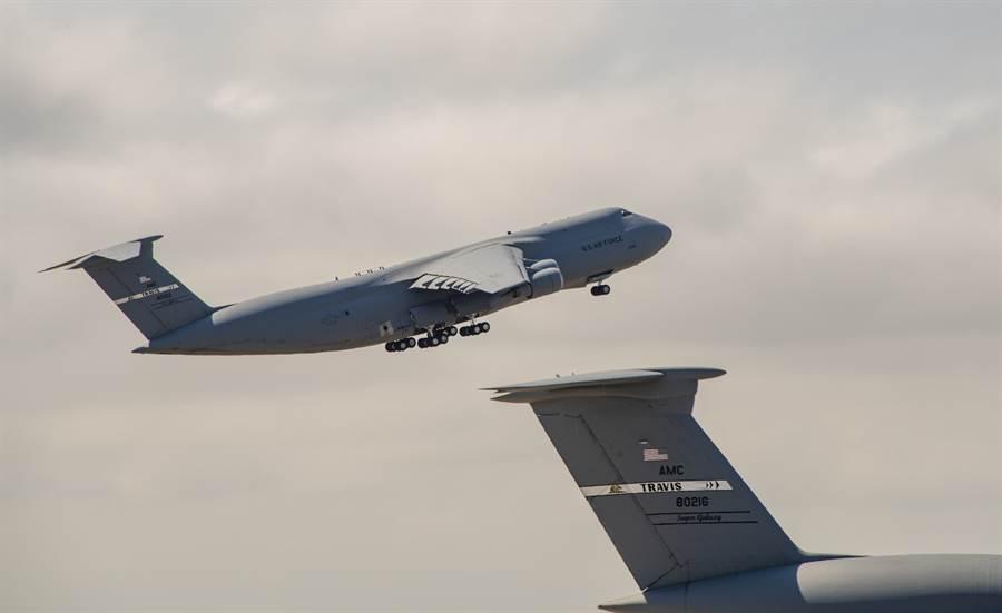 美軍最大型戰略運輸機C-5M超級銀河在特拉維斯空軍基地起飛進行KC-46的空中加油作業測試。(圖/美國空軍)