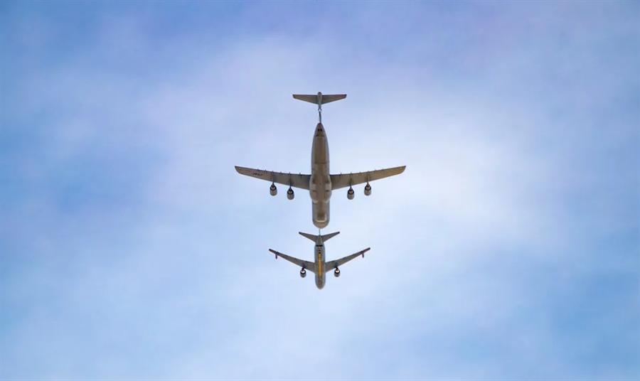 美空軍KC-46加油機(圖下)與C-5M運輸機(圖上)在空中進行連接,預備進行油燃傳輸作業。(圖/美國空軍)