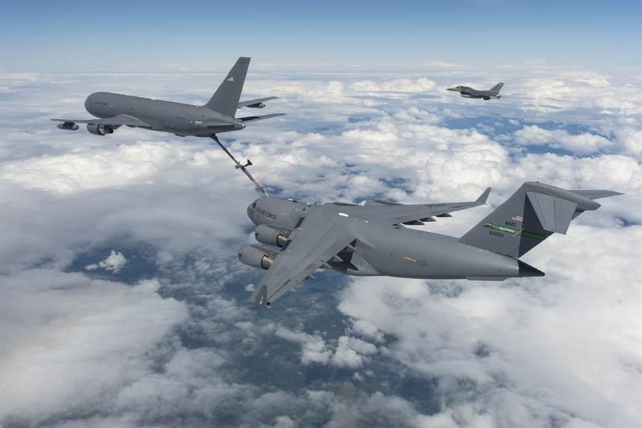 波音公司KC-46加油機為C-17全球霸王運輸機進行空中加油。(圖/美國空軍)
