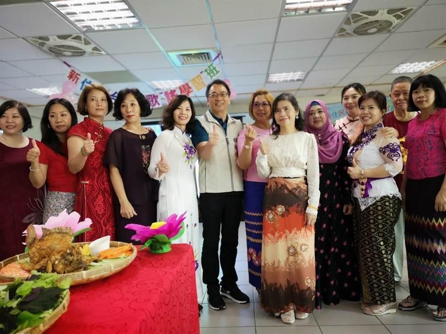 新北市中和區公所舉辦2019年新住民台語歌謠班結業式。(葉書宏翻攝)