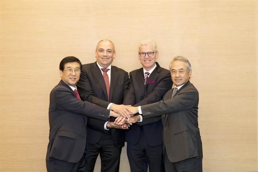 (圖說:韓國現代商船正式加入THE Alliance,右一為陽明董事長謝志堅。/陽明提供)
