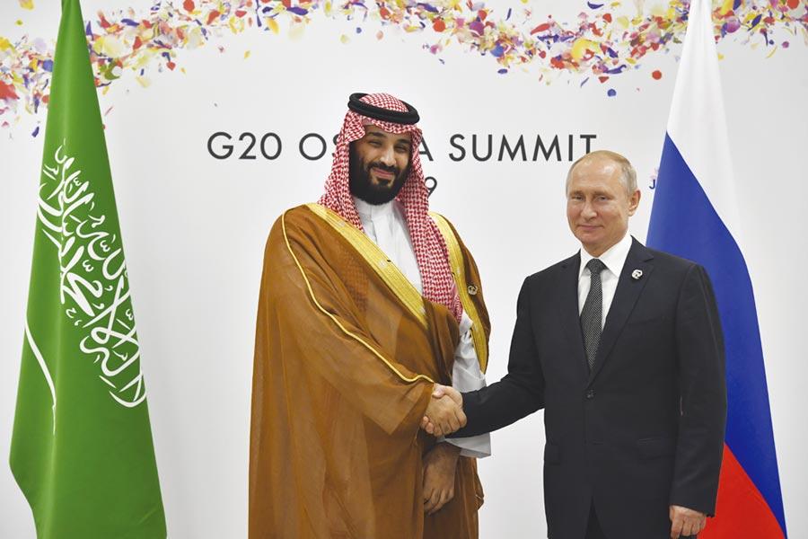 俄羅斯總統普丁(右)與沙烏地阿拉伯王儲薩勒曼(左)達成共識,再延長石油減產。圖/美聯社