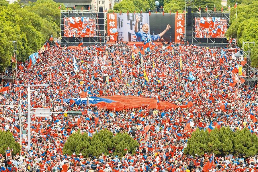 高雄市長韓國瑜「決戰2020 贏回台灣」新竹場昨登場,竹縣府前廣場韓家軍聚集,最後主辦單位宣布現場突破30萬人。(陳麒全攝)