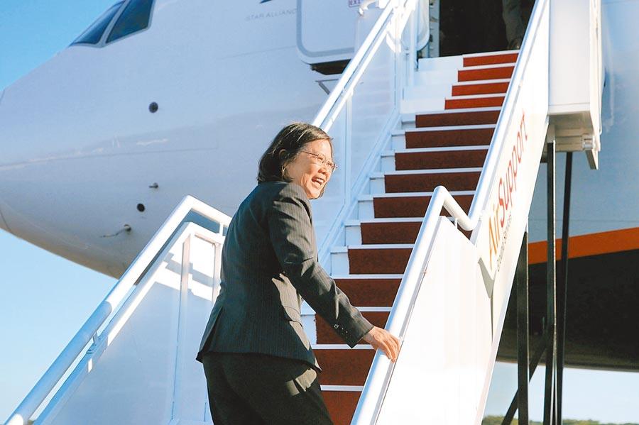 蔡總統預計7月11日至22日拜訪加勒比海「三聖」及海地等友邦,雖然我方爭取過境華府,但美方有顧慮,確定過境紐約和丹佛。圖為2017年蔡總統結束中美洲友邦訪問,回程過境美國舊金山,在薩京國際機場準備登機。(總統府提供)