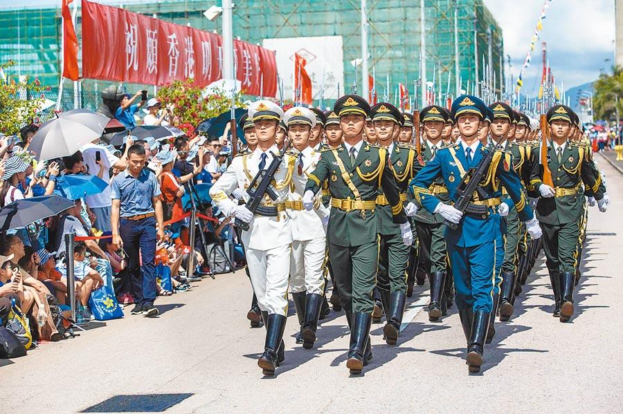 為慶祝香港回歸22周年,大陸解放軍駐港部隊6月29日至7月1日開放民眾索票參觀軍營。(法新社)