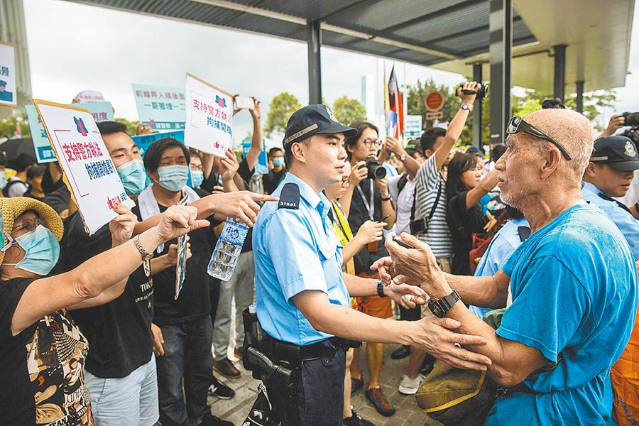 香港民陣今將發起「撤回惡法,林鄭下台」遊行,昨日港警方將意見相左的民陣與建制派支持群眾隔開,避免衝突擴大。(法新社)
