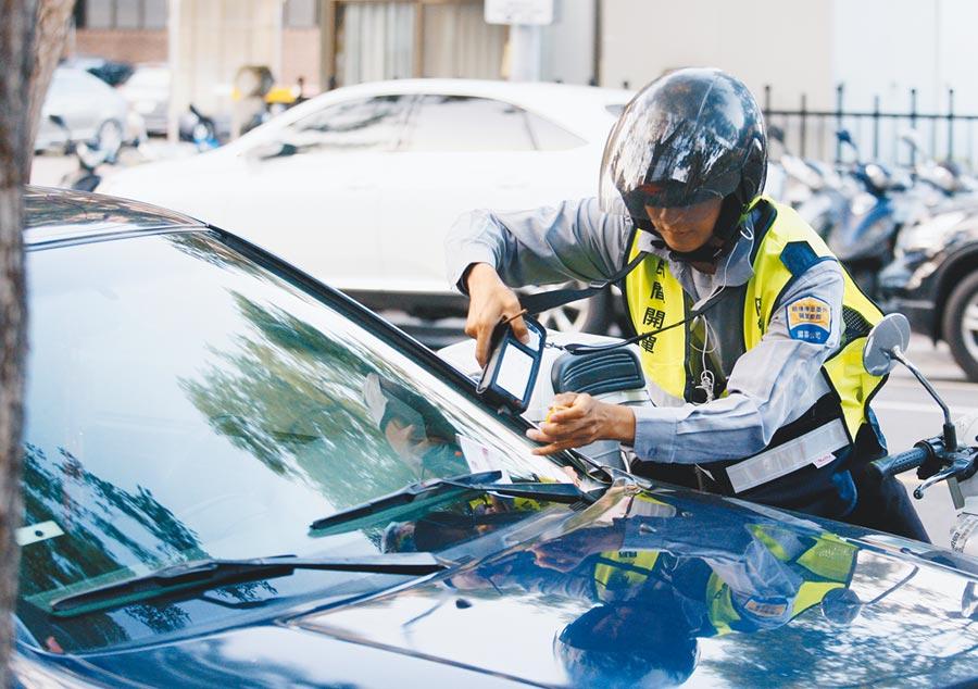 台北市推動智慧停車,9月預計在中正、大安區2000格汽車停車格布建地磁,提升開單效率。(本報資料照片)
