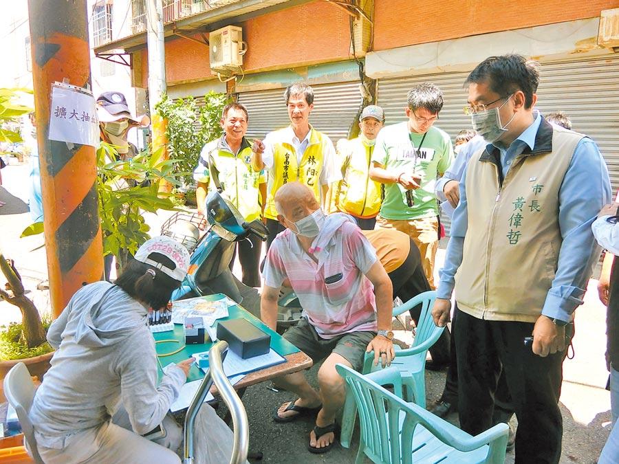 台南市因應首起本土登革熱病例,現場也為鄉親抽血採樣,台南市長黃偉哲(右)到場強調防疫不能掉以輕心。(曹婷婷攝)