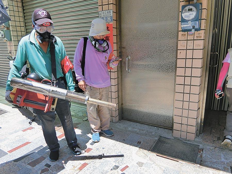 台南市因應首起本土登革熱病例,昨天在永康區甲頂里進行戶外化學防治噴藥。(曹婷婷攝)