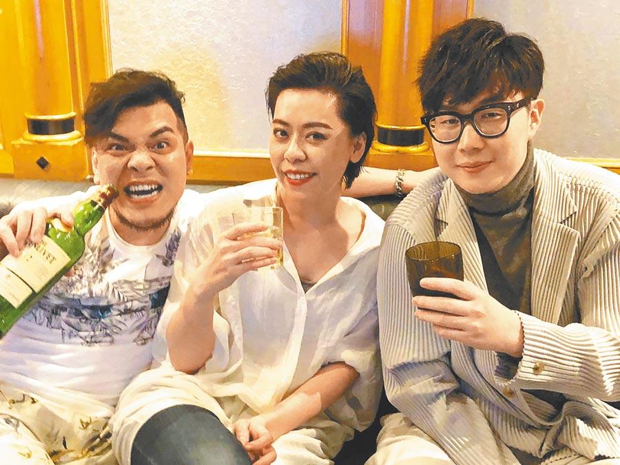 江惠儀(中)奪下金曲台語歌后,製作人男友三秒(左)、製作人林樂偉一起慶功。