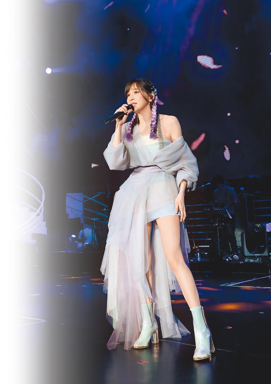 王心凌四川開唱辣露美腿。