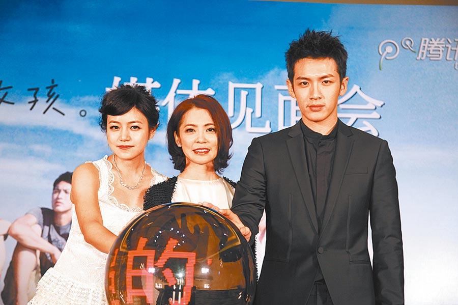 柴智屏(中)暢談發現柯震東(右)和陳妍希的過程。(資料照片)