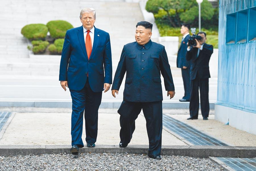 6月30日,美國總統川普(左)在北韓最高領導人金正恩陪同下踏上北韓領土後,再返回南韓一側。(CFP)