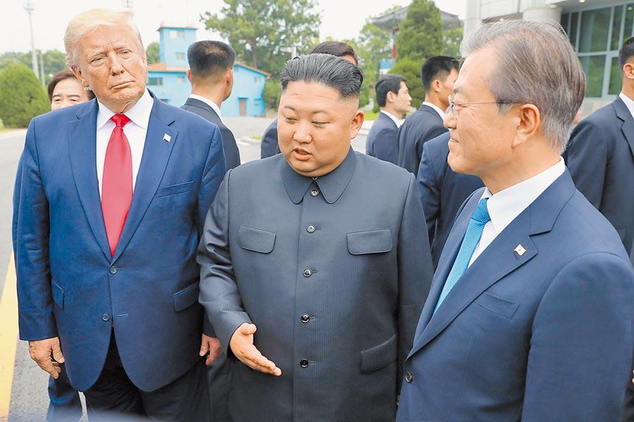 6月30日,在板門店韓方一側,北韓最高領導人金正恩(中)、美國總統川普(左)和南韓總統文在寅(右)會面。(新華社)