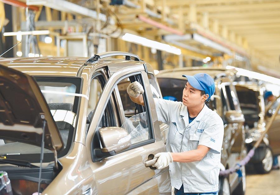 工人在河北定州市的一汽車有限公司生產線上工作。(新華社資料照片)