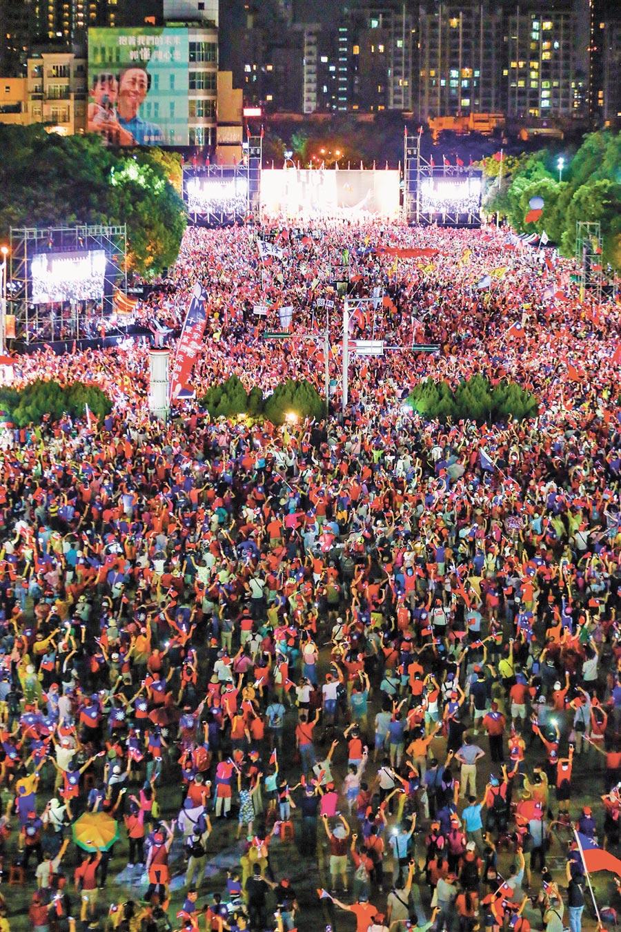 韓國瑜新竹封關場晚會上演經典大合唱,現場亮起手機燈海。(本報系記者徐養齡攝)