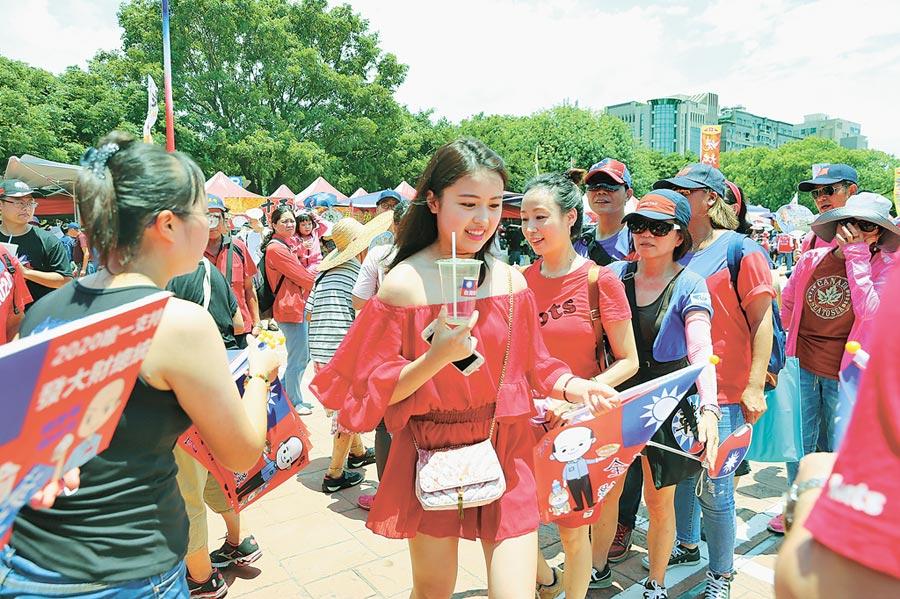 年輕人參與度提升,出現在新竹場支持。(本報系記者徐養齡攝)