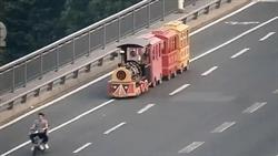 兒童小火車開上大馬路 路人傻眼