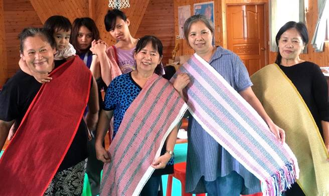 ▲學員展現為期6周的傳統織布工藝學藝成果。(楊樹煌攝)