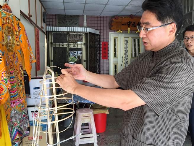 台南市政府近日通過新登錄吳文進道長為傳統工藝「糊紙」保存者。(台南市文化局提供)