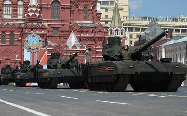 俄羅斯主戰坦克阿瑪塔性能優異,有許多革命性設計,甚至在坦克內設有廁所。(圖/衛星通訊社)