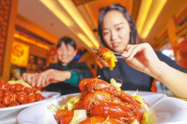 顧客在江蘇盱眙縣一家餐廳品嘗小龍蝦。(新華社資料照片)