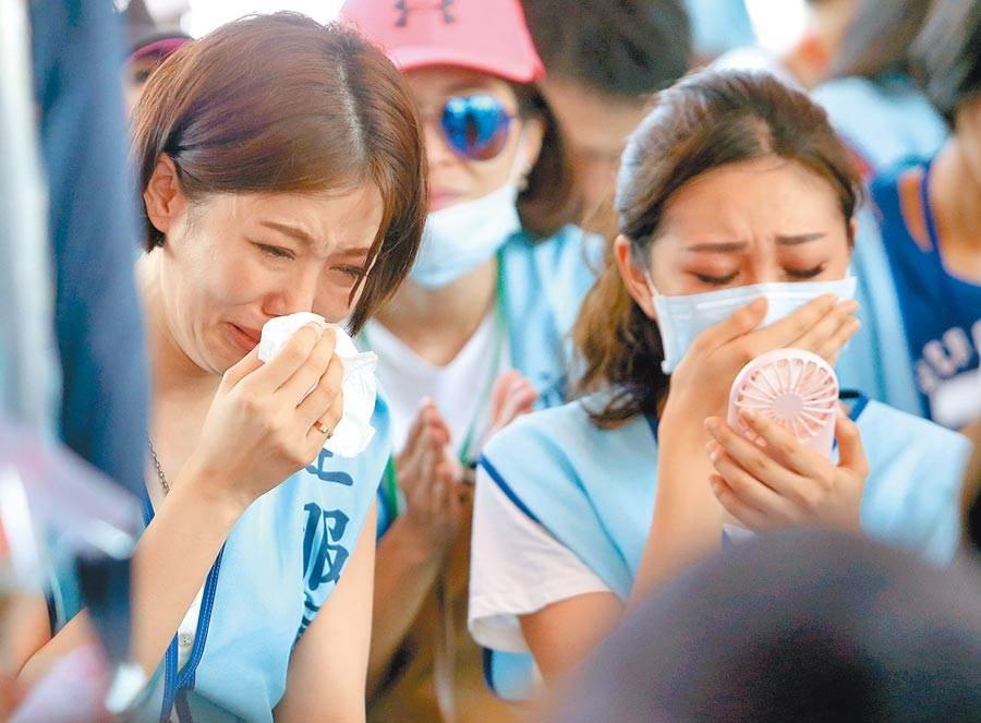 圖為近日在南崁總部前靜坐,忍不住激動落淚的罷工空服員,非該文當事人。(資料照 范揚光攝)