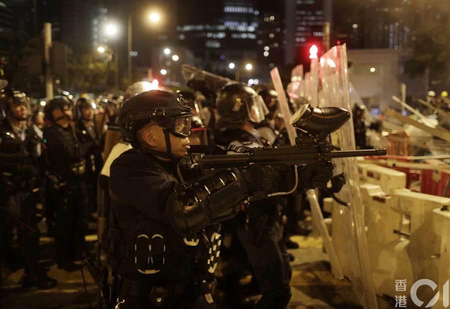 香港鎮暴警察1日深夜出動,驅離佔領立法會的示威者。(取自香港01)