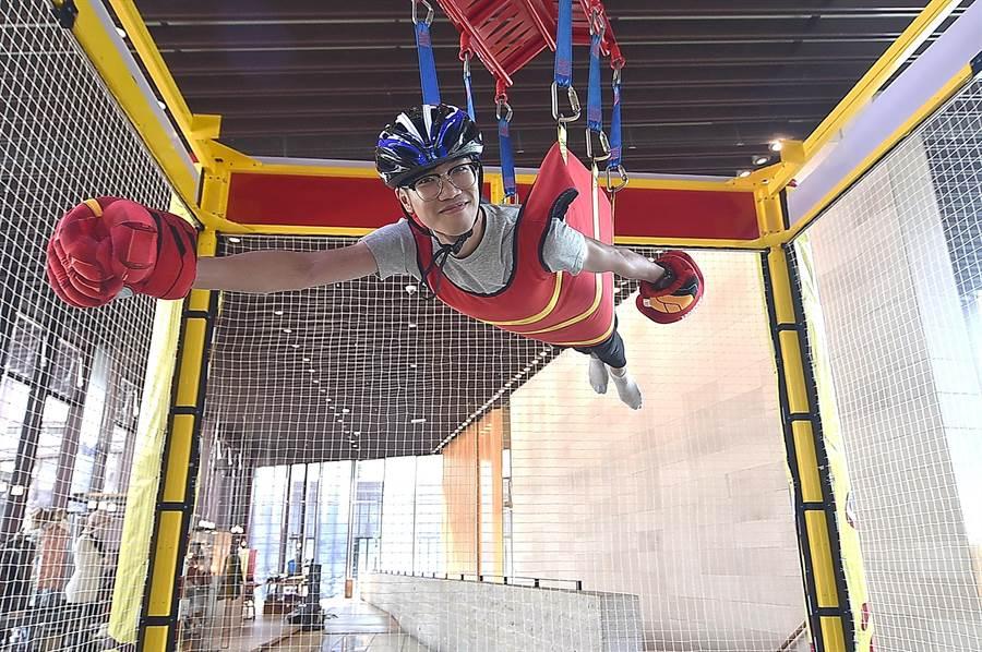 體驗「真人夾娃娃」,會被吊到空中「飛來飛去」。(圖/姚舜)