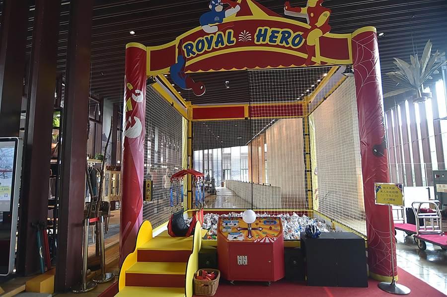 礁溪老爺酒店的「真人夾娃娃機」,即日起放在飯店大廳,暑假期間天天供房客免費體驗。(圖/姚舜)