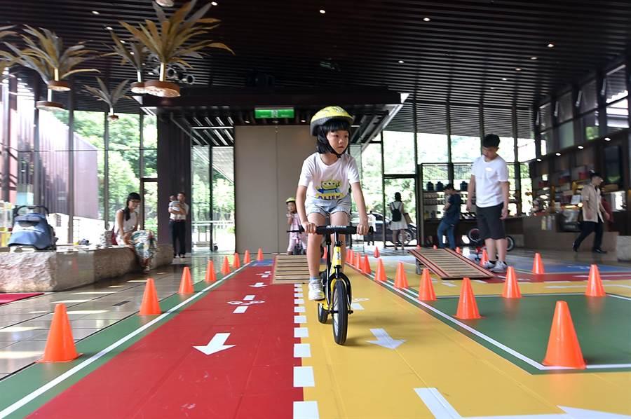 為了吸引親子家庭住房,礁溪老爺酒店今夏並新設「滑步車賽道」設施。(圖/姚舜)