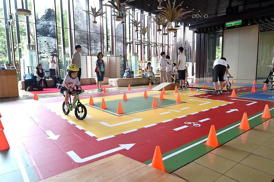 礁溪老爺酒店新設的「滑步車賽道」,設計有不同的關卡讓小小朋友練習平衡感。(圖/姚舜)
