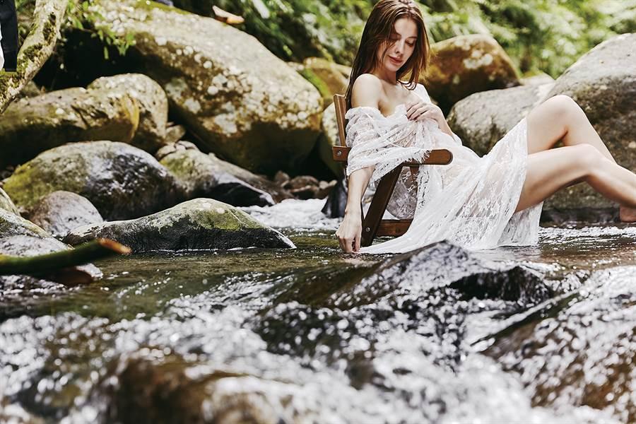 俄羅斯美女安妮穿薄紗溪邊取景大秀好身材。(照片/伊林娛樂 提供)