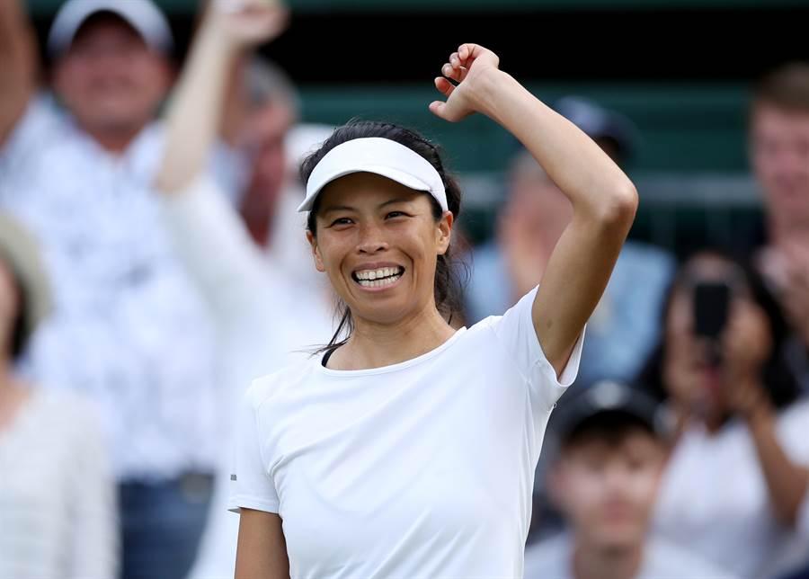 謝淑薇贏得2019溫網女單第一輪賽事後,笑容燦爛地向觀眾致意。(路透)