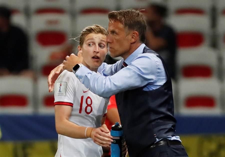 英格蘭女足隊教頭菲爾內維爾(右)痛批美國隊派人到其下榻飯店的行為。(路透資料照)
