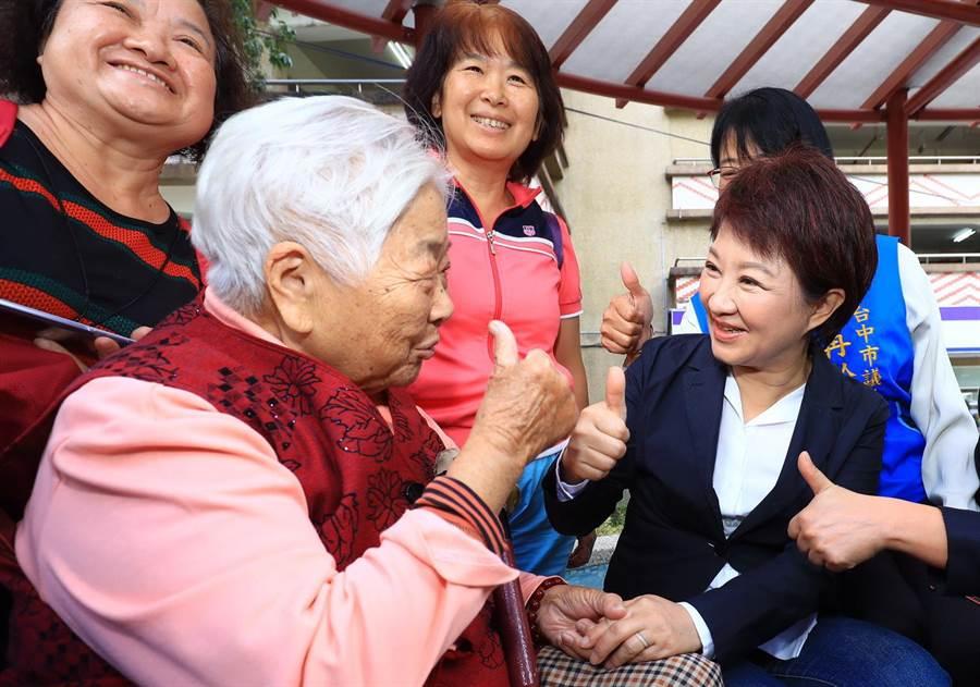 台中市長盧秀燕(右)兌現承諾,從7月1日起恢復老人健保補助,這項政策不僅保障長輩就醫權益,也減輕年輕人負擔,符合市民期待。(盧金足攝)